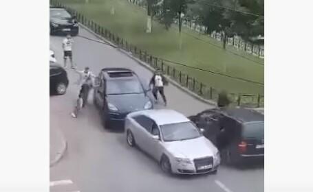 VIDEO. S-au bătut cu bâtele în mijlocul străzii. Imagini șocante surprinse în Craiova