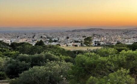Albena pare parasită în lipsa turiștilor, iar în Atena se poate mânca doar la terase