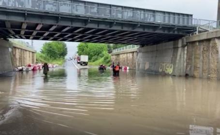 Ploile torențiale au provocat inundații în București. Zonele în care au intervenit pompierii