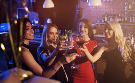 Au ieșit să petreacă într-un bar și au luat coronavirus. Drama prin care trec 16 tinere