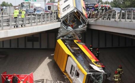 VIDEO. Un autobuz plin cu oameni a căzut de pe un pod în Varșovia. Cel puțin o persoană a murit