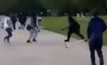 Video. Scandal cu săbii şi cuţite într-un parc din Londra. Un tânăr de 17 ani a fost înjunghiat