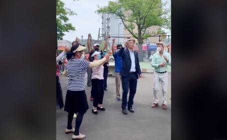VIDEO Un candidat la Primăria New York dansează pe manele alături de susținătorii săi
