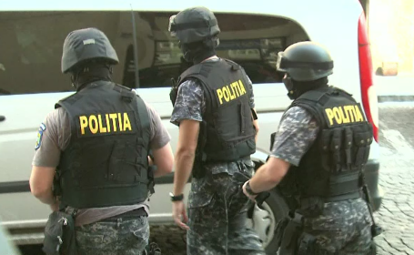 Doi cămătari, arestați de polițiști după ce au răpit și bătut crunt un bărbat într-un apartament