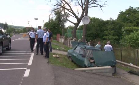 Un șofer fără permis a murit, după ce a intrat într-un podeț din beton. Ar fi circulat cu o mașină furată