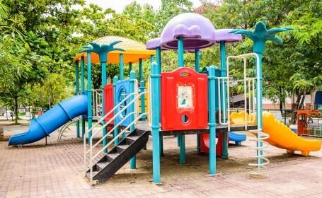 O fetiță de trei ani, din Noua Zeelandă, a murit după ce tatăl ei a căzut peste ea la locul de joacă