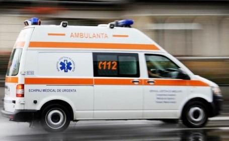 Minoră în stare gravă, după ce rumeguşul cu benzină, cu care încerca să aprindă focul, i-a explodat în faţă