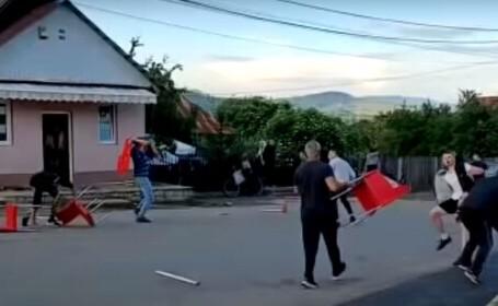VIDEO. Bătaie generală în stradă, s-au lovit cu scaunele. De la ce a pornit scandalul