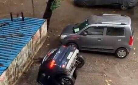 Momentul în care o mașină este înghițită de o groapă apărută din senin în Mumbai (Video)