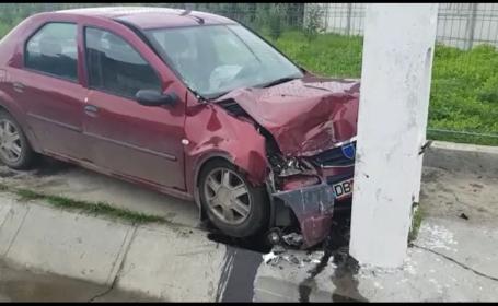 Un bărbat a fost grav rănit după ce a intrat cu mașina într-un stâlp de electricitate