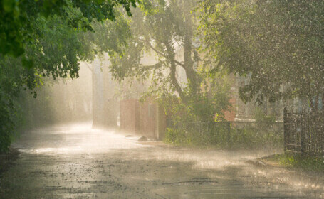 Alertă ANM. Ploi și instabilitate atmosferică în toate zonele țării