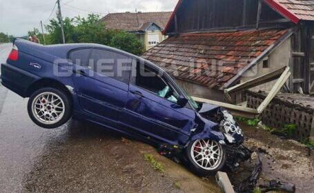 Un șofer care a vrut să depășească pe partea dreaptă un TIR s-a izbit violent de un parapet (Video)