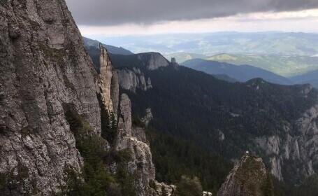 S-a prăbușit o parte din Muntele Ceahlău. Stânca de sute de tone a spulberat poteca turistică de la Cabana Dochia