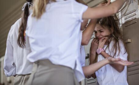 Elevă din Timiș, bătută cu picioarele de două colege. Reacția autorităților
