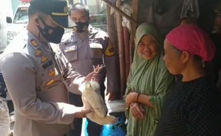Bătrânii din Indonezia sunt convinși să se vaccineze cu cadouri, printre care găini vii