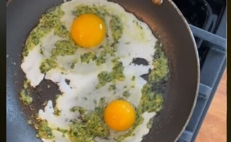 Noul trend răspândit pe TikTok și Instagram. Cum se mănâncă, mai nou, ouăle prăjite