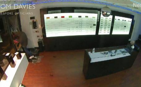 O bandă de hoți a furat sute de perechi de ochelari de soare dintr-un magazin de lux din Londra. Pagubele sunt uriașe