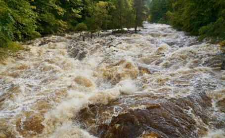 O adolescentă a vrut să se înece în râul Trebeș. Fugise din centrul de plasament ca să se sinucidă