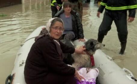 România este pe jumătate inundată. Oameni evacuați de pompieri, case și drumuri distruse