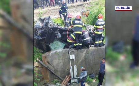 Doi morți și două persoane grav rănite, după ce o mașină s-a izbit de un parapet, în județul Bacău