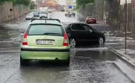 Pasajul de la ieșirea din Târgoviște, inundat. Șoferi au înaintat cu greu
