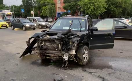 Urmărire ca în filme pe străzile din Craiova. Un șofer a refuzat să oprească și a intrat în coliziune cu două mașini