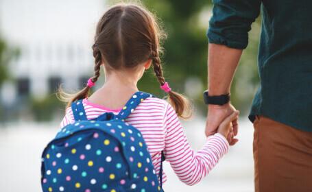 Profesor din Buzău, arestat la domiciliu. Ar fi sărutat o elevă de 12 ani în sala de clasă