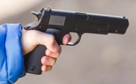 Un băiat de 14 ani și-a împușcat mortal mama. De ce l-a încurajat tatăl să facă asta