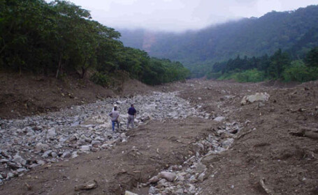 Pamantul o ia la vale in Dambovita, dupa ploile torentiale din ultima vreme