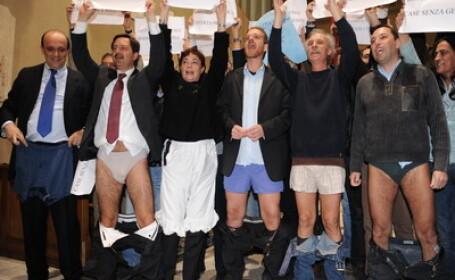 Protest in chiloti in fata primariei din Roma!