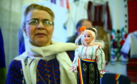 Papusa Elena Udrea, blonda si cu o suvita rebela. Vezi FOTO