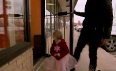VIDEO. Degetica: la sapte ani arata ca un bebelus de 18 luni