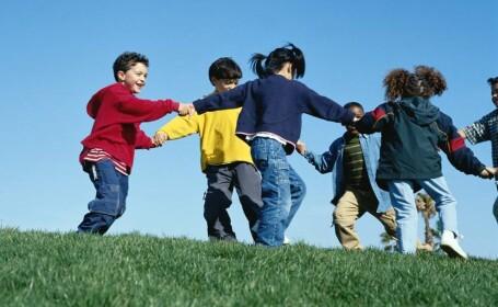 Copii la joaca, primavara