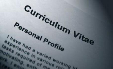 Cum te angajezi daca iti imprimi CV-ul pe tricou sau ti-l pui pe Facebook
