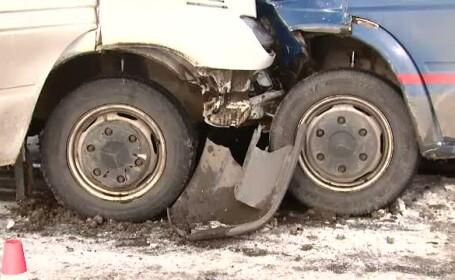 11 oameni au fost raniti, dupa ce doua microbuze s-au tamponat pe un drum din Ilfov