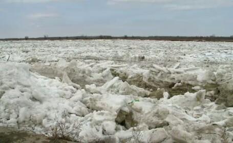 Sute de sloiuri uriase plutesc in deriva pe Dunare. Oamenii se tem pentru casele lor