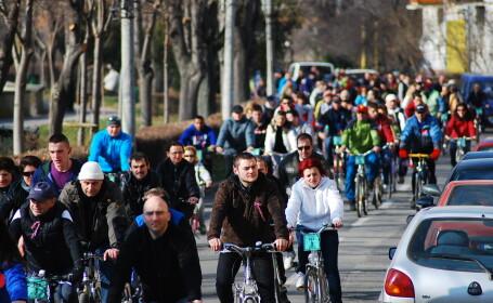 Soarele i-a scos din case pe lugojeni. Peste 300 de persoane au pedalat pe strazile orasului. FOTO