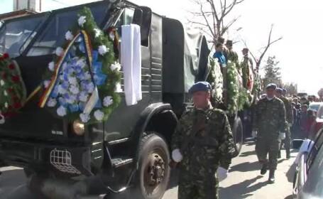 Sute de persoane i-au condus pe ultimul drum pe militarii morti in accidentul de elicopter din Bacau