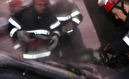 masina incendiu pompieri
