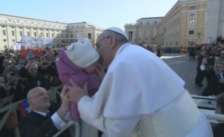 Baia de multime a Papei Francisc: a sarutat un barbat cu handicap si doi copii
