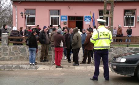 Primaria din Sacosu Turcesc, luata cu asalt. Drumul care leaga Buziasul de Timisoara a fost blocat