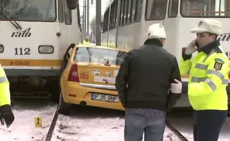 Tanara din taximetrul strivit de cele 2 tramvaie din Capitala s-a ales cu fractura de clavicula