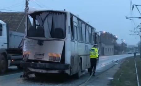 autobuz lovit de TIR