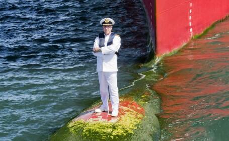 Capitanul Kevin Oprey, alaturi de vasul Queen Mary 2
