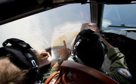 Echipajul unui avion australian AP-3C Orion, in timpul cautarilor din Oceanul Indian