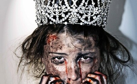 Fosta Miss Univers, batuta si plina de sange. Motivul pentru care tanara a ales sa apara asa pe Instagram