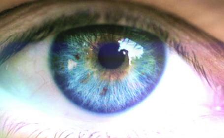 De acum, toata lumea poate avea ochi albastri. Operatia de 30 de secunde care schimba permanent culoarea irisului