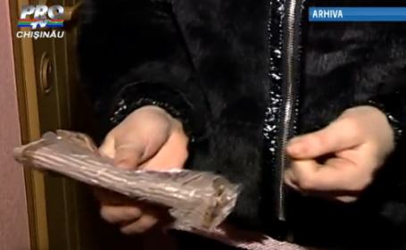 Un pensionar din Chisinau le-a lasat vecinilor pachete cu bani la usa. Ce a descoperit politia