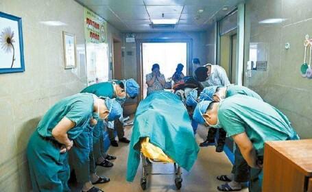 Imagine emotionanta. Plecaciunea unor medici langa trupul unui copil de 11 ani, care a decis sa-si doneze organele