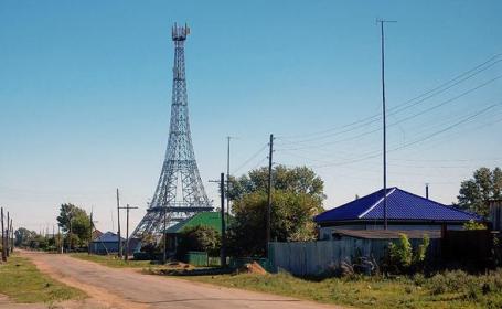 Satul din Rusia unde oamenii au construit o replica a Turnului Eiffel. Cum arata \